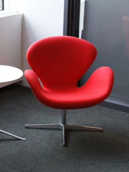 fritz hansen swan chair rood alles voor de. Black Bedroom Furniture Sets. Home Design Ideas